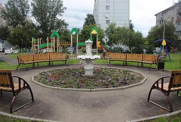 В Железнодорожном районе Красноярска на сэкономленные средства отремонтировали ещё один двор