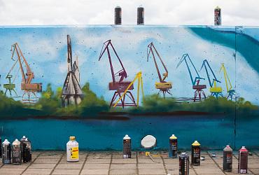 В Сургуте 500 метров городской набережной украсили историческими граффити