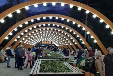 В Качканаре Свердловской области благодаря нацпроекту открылась обновленная пешеходная аллея с шезлонгами, танцполом и «арочным» освещением