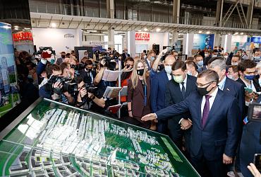 Фоторепортаж: Глава Минстроя России осмотрел выставку VII Международного форума высотного и уникального строительства 100+TechnoBuild