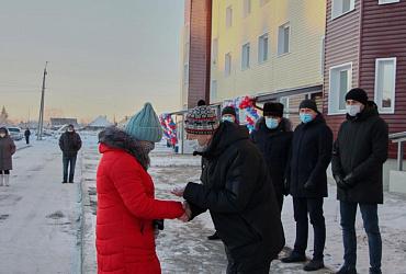 Почти 200 семей переселенцев из аварийного жилья получили ключи от квартир в Волчанске, Новой Ляле и Лобве Свердловской области
